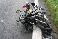 Motorkář (†21) nepřežil srážku s bagrem: Dálnice D1 na Prahu byla uzavřena
