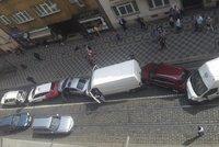 Tramvaj v Praze nabrala n�kolik aut: Mezi po�kozen�mi je i policejn� v�z