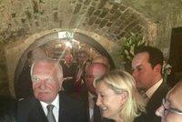 5 skand�lu kolem Marine Le Pen, kter� p�ilet�la na pivo s Klausem, Okamurou a p�edn�et