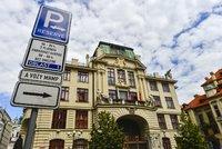 Parkovat v Praze levn�ji a� po koupi tramvajenky? Starostov� krout� hlavou