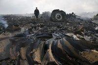 Sest�elen� let MH17: Experti na�li v t�lech pasa��r� st�epiny rakety BUK