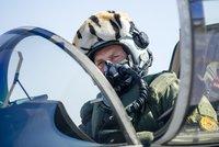 Gripeny v ostr� akci: Piloti �obkl��ili� letadlo a nakoukli mu do kokpitu