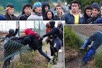 Uprchl�ci vzali hranice �tokem: Na druhou stranu se dostanou za ka�dou cenu!