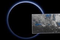 Nov� fotky NASA: Pluto m� modrou oblohu a na povrchu led