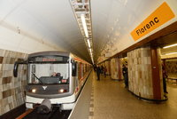 V Praze hrozili v noci bombou. Policie evakuovala stanici metra Florenc