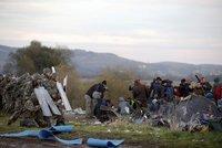 Uprchl�ci prorazili ostnat� dr�t na hranici. Z Makedonie je vraceli t�kood�nci
