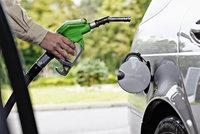 Benzin a nafta zlevňují: Kde natankujete nejlevněji?