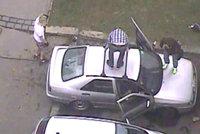 Puberťáci zdemolovali auto, pak se schovali v křoví. Policie je našla raz dva