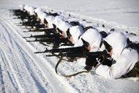 Číňané mění armádu. A ukázali sněhobílé vojsko se samopaly u ruských hranic