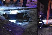 V Praze se propadla pod autem silnice: Díru vymlela voda z prasklého potrubí