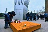 """""""Upálením vyburcoval společnost."""" Lidé uctili Palacha u jeho staronového pomníku"""