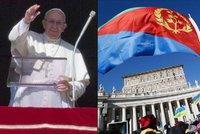 """Tisíce uprchlíků při modlitbě. """"Nenechte si vzít naději,"""" žehnal papež"""