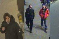 Dva grázlové v Praze přepadli chlapce a ženu: Zbili je a okradli