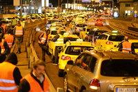 Dlouh� kolony, na�tvan� �idi�i: Taxik��i v Praze zablokovali magistr�lu