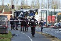 Kamion narazil plnou rychlost� do �koln�ho autobusu. Zabil �est d�t�