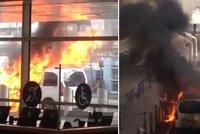 Pod�vejte se: Taxi na glasgowsk�m leti�ti zachv�tily plameny. �lo o nehodu?