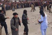 """ISIS unesl a znásilnil ženy. Za """"cizoložství"""" je pak ukamenovali k smrti"""