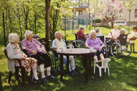 30 bezmocných seniorů na jednoho pracovníka: Česku zoufale chybí pečovatelé