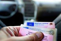 Změna ve vydávání řidičáků? Vláda posoudí, jestli budeme dál lepit pasovky