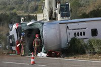 Havarovan� autobus skon�il na boku. Nejm�n� 12 zran�n�ch na Chomutovsku