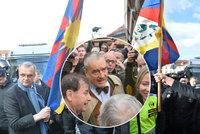 Kalousek a Schwarzenberg táhli na Hrad. S vlajkou Tibetu se k Zemanovi nedostali