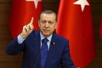 Merkelová: Německo souhlasí se stíháním satirika, který zesměšnil Erdogana