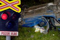 Smrtelná nehoda na přejezdu: U Mnichova Hradiště vjelo auto pod vlak, řidič na místě zemřel