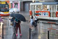 Bez de�tn�ku ani na krok: V Praze cel� t�den propr��, p�ijdou i bou�ky