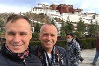 Moder�tor Karel Vo��ek se tajn� o�enil: Na dovolen� v Tibetu