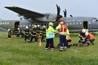 Mrtv� i zran�n�: Z�chran��i a arm�da nacvi�ili ve Kbel�ch z�sah p�i p�du letadla
