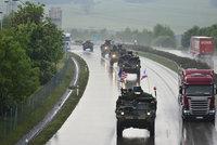 Konvoj 420 americk�ch voj�k� se val� na Prahu: Vjel do �eska kr�tce po jeden�ct�