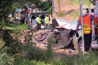 U Blahotic se srazil autobus pln� d�t� s osob�kem: Jeden mrtv� a n�kolik zran�n�ch