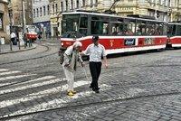 Obrovské lidské gesto: Řidič tramvaje zastavil, zablokoval provoz, aby pomohl stařence přejít
