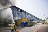 Ubytovna pro uprchlíky v plamenech: Němci stihli skoro 300 běženců evakuovat