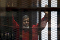 B�val� egyptsk� prezident p�jde na 20 let za m��e. Odvolat se nelze