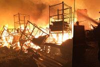 Ob�� po��r skladu textilu na Olomoucku: 90 hasi��, 5 hodin boje s ohn�m, 40 milion� �koda