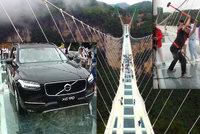 Nic pro lidi se z�vrat�: Dobrovoln�ci testovali bezpe�nost sklen�n�ho mostu