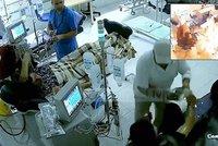 Pacient na dial�ze polil souseda benzinem a �krtl: Brut�ln� �tok zachytily kamery