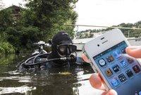 Pot�p��i m�stsk� policie lov� z Vltavy i telefony: Na kolik v�s vyjde jeden ponor?