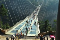 Čína má nejdelší skleněný most světa podle Avatara: Pět set metrů nad roklí