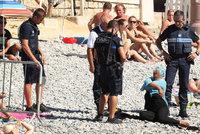 Policist� p�inutili muslimku ke svl�k�n�: Pr� to byla past na str�ce po��dku