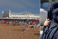Tohle nen� Francie: �Arm�da� �en v burkin�ch na britsk� pl�e sm�