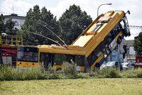 Trolejbus v Otrokovic�ch najel na sloup a z�stal viset ve vzduchu: 5 v�n� zran�n�ch
