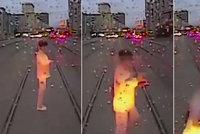 �enu rozdrtila tramvaj, proto�e se na kolej�ch zakoukala do mobilu