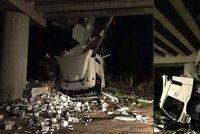 Drsná nehoda na dálnici u Břeclavi: Španělský kamion se zubními pastami visel z mostu