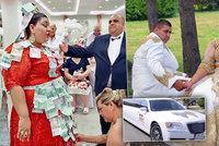 �esko-slovensk� romsk� svatba za milion hitem internetu: Nev�stu zasypali zlatem a bankovkami