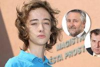 Politici si �do�l�pli� na aktivistu Jakuba (16). Jeho rodi��m vyhro�uj� �alobou