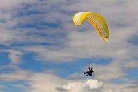 Paraglidista (32) se zřítil za hranice s Polskem: Vyrazili mu na pomoc zdravotníci obou zemí