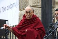 A� Praha ud�l� dalajlamovi �estn� ob�anstv�, vyzvala radn�. Za jeho vztah k �esku