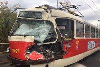 D�siv� vypadaj�c� nehoda v ulici Gener�la �i�ky: N�kla��k zdemoloval kabinu �idi�e tramvaje ��slo 17